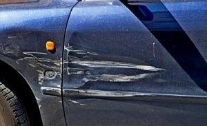 Поцарапал машину во дворе: что делать, как получить выплату по КАСКО, если сам повредил машину?